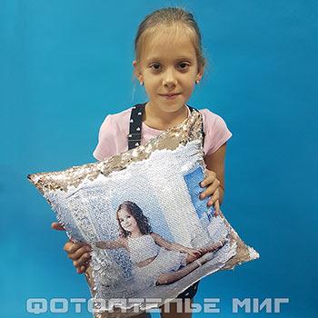 Подушка с пайетками и печатью фото